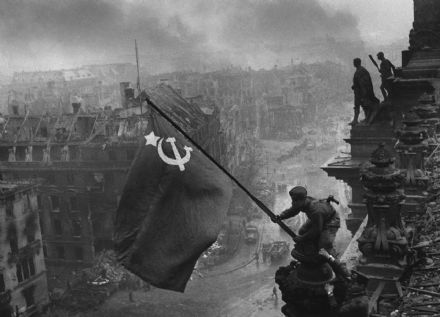 Soldiers Raising the Flag on the Reichstag. Berlin, Germany 1945. Historical Print.  (00330)